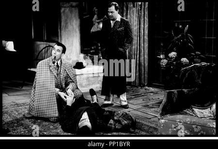 Prod DB © CCC Filmkunst - Criterion / DR SHERLOCK HOLMES ET LE COLLIER DE LA MORT (SHERLOCK HOLMES UND DAS HALSBAND DES TODES) de Terence Fisher (et Frank Winterstein, en fait assistant réalisateur) 1962 ALL/FRA/ITA avec Christopher Lee (Holmes) et Ivan Desny cape, pipe, enquête, détective, examiner un mort d'après le roman de Sir Arthur Conan Doyle - Stock Photo