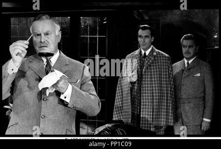 Prod DB © CCC Filmkunst-Criterion / DR SHERLOCK HOLMES ET LE COLLIER DE LA MORT (SHERLOCK HOLMES UND DAS HALSBAND DES TODES) de Terence Fisher (et Frank Winterstein, en fait assistant rŽalisateur) 1962 ALL/FRA/ITA avec Thorley Walters (Watson), Christopher Lee (Holmes) et Hans Nielsen enquÂte, indices, cape, examiner, dŽduction, dŽtective d'aprÂs le roman de Sir Arthur Conan Doyle - Stock Photo