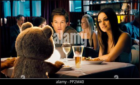 Prod DB © Universal Pictures - Bluegrass Films - Smart Entertainment / DR TED de Seth MacFarlane 2012 USA avec Mark Wahlberg et Mila Kunis ours en peluche - Stock Photo