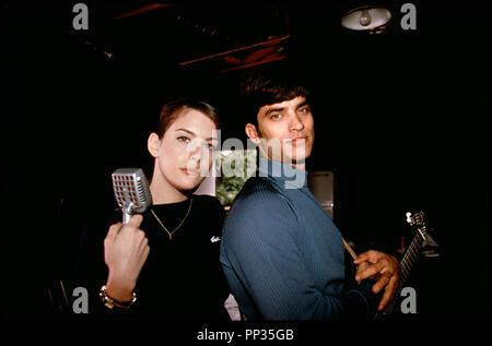 Prod DB © 20 TH Century / DR THAT THING YOU DO! (THAT THING YOU DO) de Tom Hanks 1996 USA avec Liv Tyler et Johnathon Schaech micro, guitare - Stock Photo