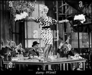 Prod DB © Mirisch Corporation / DR UN DEUX TROIS (ONE, TWO, THREE) de Billy Wilder 1961 USA avec James Cagney et Liselotte Pulver danse, ivresse, excentricite, brochettes flambees,  d'apres la piece de Ferenc Molnar - Stock Photo