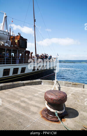 Paddle steamer Waverley at Helensburgh Pier on the River Clyde, Scotland. The last sea-going paddle steamer in the world. - Stock Photo