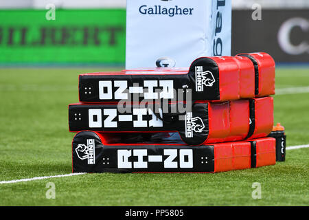 London, UK. 23rd Sept 2018. Gloucester tacking bags during Gallagher Premiership match between Saracens and Gloucester Rugby at Allianz Park on Sunday, 23 September 2018. LONDON ENGLAND.  (Editorial use only, license required for commercial use. No use in betting, games or a single club/league/player publications.) Credit: Taka Wu/Alamy Live News - Stock Photo