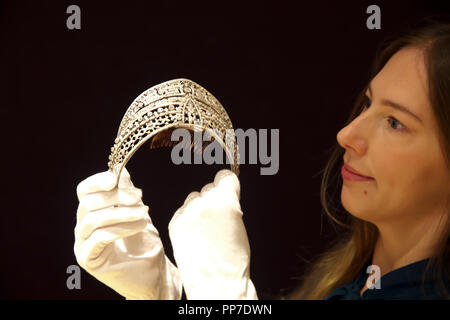 London,UK,24th September 2018,Fine Jewellery Photocall takes place at Bonhams in London.A Belle Époque Diamond 'Meander' Tiara, was designed by Spanish royal jeweller Ansorena and owned by Spanish noblewoman Esperanza Chávarri Aldecoa, Countess of Villagonzalo, wife of Fernando Maldonado Salabert, 8th Count of Villagonzalo.  Dated circa 1900, it is estimated at £80,000-120,000 and has previously been exhibited at the National Museum of Decorative Arts, Madrid in 1995. Credit: Keith Larby/Alamy Live News - Stock Photo