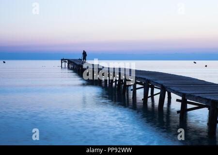 Europa Spanien  Nord Mallorca Playa de Muro, langer Holzsteg in der Bucht von Alcudia bei Sonnenaufgang - Stock Photo