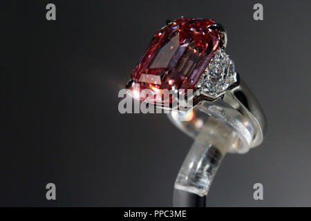 London, UK. 25th Sep 2018. The Pink Legacy Diamond at Christie's Auction House, London, Tuesday, September 25, 2018. The 18.96 carat diamondis the largest fancy vivid pink diamond to be auctioned in Christie's history.  It is estimated to fetch up to $50 million when it comes to auction on November 13, in Geneva.   Photograph : © Luke MacGregor Credit: Luke MacGregor/Alamy Live News - Stock Photo