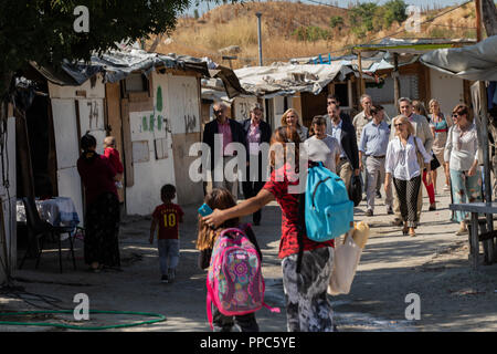Madrid, Spain. 25th Sep 2018. Political and public administration committee supervising the works. Demolition of the shanty town settlement 'El Gallinero' located at km 13 of the A-3. Relocating the 25 families in different neighbourhoods of the Community of Madrid. The demolition began on Sep 25, 2018 in Madrid, Spain Credit: Jesús Hellin/Alamy Live News - Stock Photo