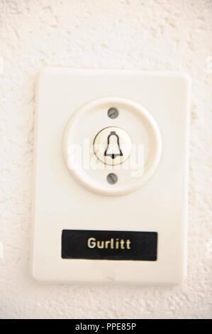 Art Fund in Munich Schwabing: Cornelius Gurlitt had his apartment on the 5th floor (on the right, blinds closed) on Arthur Kutscher-Platz 1. Gurlitt's doorbell - Stock Photo