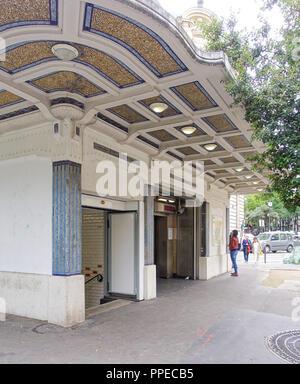 Paris, Metro Linie 3bis, Art-Deco-Entree Stock Photo: 221900779 - Alamy