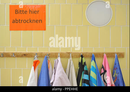 Swimming lessons for pupils of the primary school in the Manzostrasse in the swimming pool of the primary school in the Pfarrer-Grimmstrasse. The picture shows towels. - Stock Photo