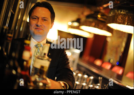 Bar manager Ewald Stromer in the bar of the Four Seasons Hotel in the Maximilianstrasse. - Stock Photo