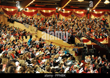 In the Circus Krone Building in Munich 1500 amateur choristers sing together with the Bavarian Radio professional choir under the direction of conductor Peter Dijkstra for a live broadcast of the Bayerischer Rundfunk (Bavarian Radio). - Stock Photo