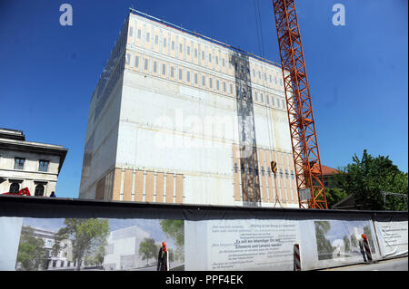 Construction work on the cube-shaped new building of the NS Dokumentationszentrum (Documentation Centre for the History of National Socialism) in the Brienner Strasse at Koenigsplatz. - Stock Photo