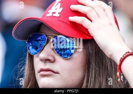 Aficionada de los Dodgers con lentes de sol. Sunglases Acciones del partido de beisbol, Dodgers de Los Angeles contra Padres de San Diego, tercer jueg - Stock Photo