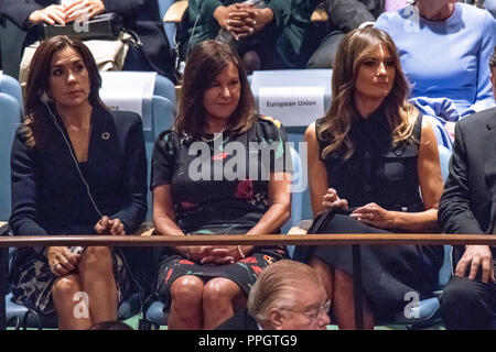New York, USA, 25 September 2018. USA's First Lady Melania Trump (R) and Karen Pence (C), wife of U.S. Vice President Mike Pence waits in a side gallery along with wives of other delegates before her husband US President Donald Trump addresses the opening session of the 73rd United Nations General Assembly. Photo by Enrique Shore Credit: Enrique Shore/Alamy Live News - Stock Photo
