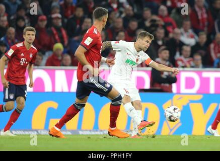 firo: 25.09.2018 Fuvuball, Football: 1.Bundesliga FC Bayern Munich - FC Augsburg, Daniel Baier, Augsburg, single action, full figure, | usage worldwide - Stock Photo