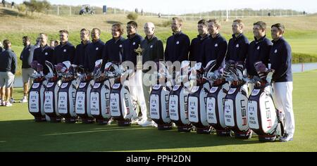 France. 26th Sep, 2018. Members of the US team pose during the team presentation for the Ryder Cup 2018 at The Golf National in Guyancourt, near Paris, France, 25 September 2018. The Ryder Cup 2018 runs from 25 to 30 September. Credit: Luis Tejido/EFE/Alamy Live News - Stock Photo