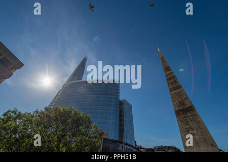 London Bridge, UK. 26 September, 2018. Beautiful Autumn morning with blue sky and strong sunlight reflecting off some of Britain's tallest skyscrapers in London, with the dry spell in the SE to continue into the weekend. Credit: Malcolm Park/Alamy Live News. - Stock Photo