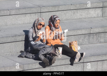 London UK. 26th September 2018. People and tourists enjoy the warm Autumn sunshine on London Riverside Credit: amer ghazzal/Alamy Live News - Stock Photo