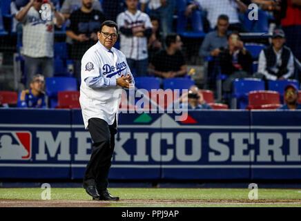 Fernando Valenzuela lanza la primera bola para el playball del partido de beisbol de los Dodgers de Los Angeles contra Padres de San Diego, durante el - Stock Photo
