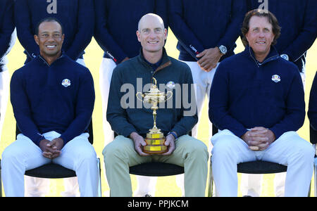 Team USA's Tiger Woods, captain Jim Furyk and Phil Mickelson during the USA team photos on preview day three of the Ryder Cup at Le Golf National, Saint-Quentin-en-Yvelines, Paris. PRESS ASSOCIATION Photo. Picture date: Wednesday September 26, 2018. See PA story GOLF Ryder. Photo credit should read: Gareth Fuller/PA Wire. RESTRICTIONS: Editorial use only. No commercial use. - Stock Photo