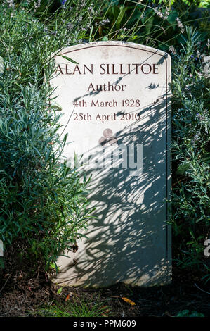 The grave of Alan Sillitoe in Highgate Cemetery, London.  A writer & one of the angry young men of the 1950s. - Stock Photo