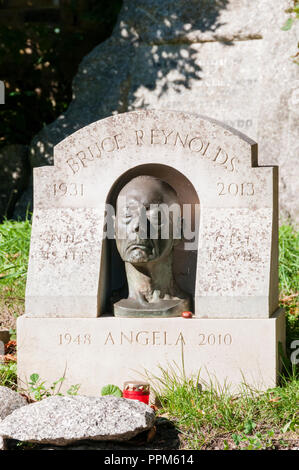 The grave of Bruce Reynolds in Highgate Cemetery, London.  The leader of the 1963 Great Train Robbery. - Stock Photo