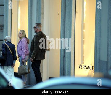 Milan, Italy. 26th September 2018. Milan, Arnold Schwarzenegger and Heather Milligan shopping in the center Arnold Schwarzenegger, visibly tired and with a long beard, was operated urgently with a heart surgery opened 6 months ago. Today he arrived in town together with his girlfriend Heather Milligan, and together with two bodyguards he allowed himself a few hours of shopping in the center, in via Montenapoleone. Credit: Independent Photo Agency Srl/Alamy Live News - Stock Photo