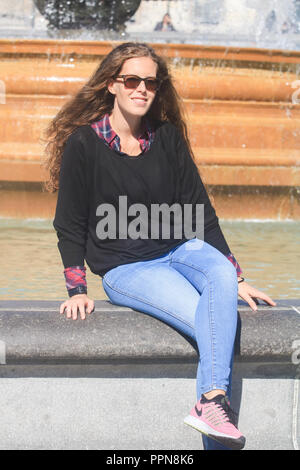 London, UK. 27th Sep, 2018. People and tourists enjoy the warm Autumn sunshine in Trafalgar Square in Indian Summer temperatures in the capital Credit: amer ghazzal/Alamy Live News - Stock Photo