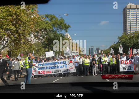 Madrid, Spain. 27th September, 2018. Hundreds of drivers of VTC vehicles have demonstrated on Paseo de la Castellana to demand that the government avoid reducing licenses and the consequent loss of thousands of jobs on Sep 27, 2018 in Madrid, Spain Credit: Jesús Hellin/Alamy Live News - Stock Photo
