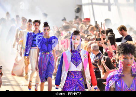 Paris. 27th Sep, 2018. Models present creations of Manish Arora during the 2019 Spring/Summer Women's collection show in Paris, France on Sept. 27, 2018. Credit: Chen Yichen/Xinhua/Alamy Live News - Stock Photo