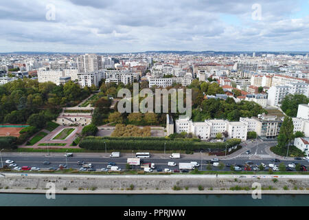Courbevoie (northern France, Paris area): the 'parc Becon' park, the surrounding buildings and the banks of the River Seine viewed from the 'ile de la - Stock Photo