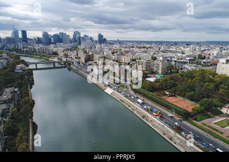 Courbevoie (northern France, Paris area): overview of the city, the banks of the River Seine and the business district 'Paris La Defense' from the 'il - Stock Photo