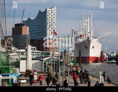 Hamburg, Elbphilharmonie, Fernsicht von Nordwesten aus Richtung der Landungsbrücken, Entwurf Herzog & de Meuron, erbaut 2007-2016, rechts Museumsschif - Stock Photo