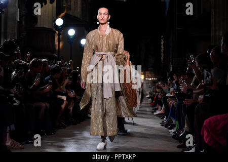 Paris. 27th Sep, 2018. Models present creations of Uma Wang by Chinese designer Wang Zhi during the 2019 Spring/Summer Women's collection show in Paris, France on Sept. 27, 2018. Credit: Chen Yichen/Xinhua/Alamy Live News - Stock Photo