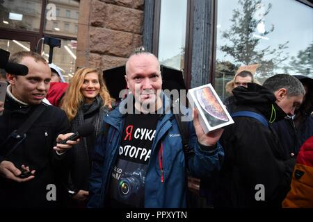 Moscow, Russia. 28th Sep 2018. September 28, 2018. - Russia, Moscow. - A customer by a re:Store shop on Tverskaya Street as Apple launches iPhone XS, iPhone XS Max, and iPhone XR sales in Russia. Credit: Russian Look Ltd./Alamy Live News - Stock Photo