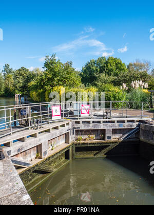 Lock Gates, Iffley Lock, River Thames, Oxford, Oxfordshire, England, UK, GB. - Stock Photo
