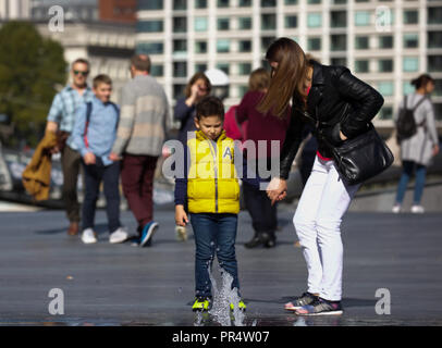 London, UK. 29th Sep, 2018. People enjoy and make the most of the warm Autumn sunshine in Central London as high pressure continues. The weather will remain settled but a little cooler over the next few days Credit: Keith Larby/Alamy Live News - Stock Photo