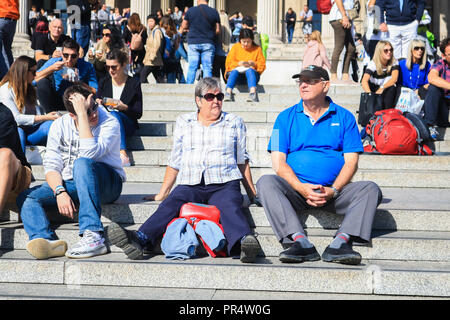London, UK. 29th Sep, 2018. Tourists and sightseeers enjoy the beautiful autumn sunshine in Trafalgar Square on a warm day in the capital Credit: amer ghazzal/Alamy Live News - Stock Photo
