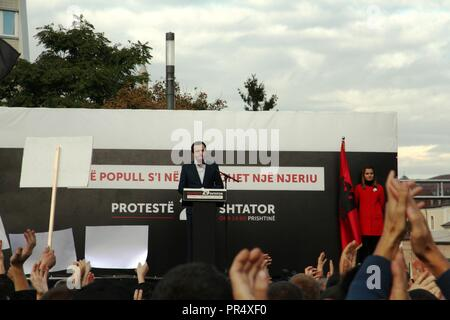 Pristina, Kosovo. 29th September 2018. Opposition leader Albin Kurti (vetevendosja) addresses protesters gathered in Skanderbeg Square, Pristina, Kosovo. The demonstration was organised against land swaps with Serbia proposed by President Hashim Thaci. Protesters called for the resignation of President Credit: William Young/Alamy Live News - Stock Photo