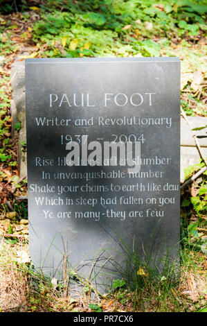 The grave of Paul Foot in Highgate Cemetery, London.  Quotation is last stanza of The Masque of Anarchy by Percy Bysshe Shelley. - Stock Photo