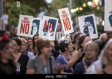 Barcelona, Barcelona, Spain. 27th Sep, 2018. Protesters seen holding posters during the protest.Demonstration in the centre of Barcelona to demand for more sustainable tourism, Convened by the Barris Assembly for sustainable tourism. Credit: Victor Serri/SOPA Images/ZUMA Wire/Alamy Live News - Stock Photo