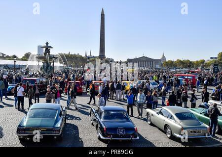 Paris, France. 30 September 2018.  Historic cars are seen on the Concorde Square in Paris, France on Sept. 30, 2018. Over 230 historic cars and motos gathered on Sunday on the Concorde Square to celebrate the 120th anniversary of the Paris Motor Show which will take place from Oct. 4 to Oct. 14 this year. Credit: Chen Yichen/Xinhua/Alamy Live News - Stock Photo