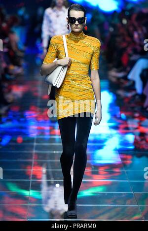 Paris. 30th Sep, 2018. A model presents a creation of Balenciaga during the 2019 Spring/Summer Women's collection show in Paris, France on Sept. 30, 2018. Credit: Piero Biasion/Xinhua/Alamy Live News - Stock Photo