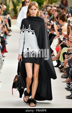 Paris. 30th Sep, 2018. A model presents a creation of Valentino during the 2019 Spring/Summer Women's collection show in Paris, France on Sept. 30, 2018. Credit: Piero Biasion/Xinhua/Alamy Live News - Stock Photo