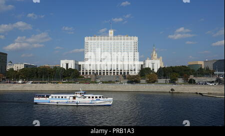 Moscow, Russia. 22nd Sep, 2018. View over the river Moskwa to the White House in Moscow, where the Russian government resides today. On 4 October 1993 Russian President Boris Yeltsin had the building fired upon to suppress a revolt of the Old Communists. (at dpa ''Uncomfortable Anniversary' - 25 years ago Yeltsin shot at the White House' from 30.09.2018) Credit: Friedemann Kohler/dpa/Alamy Live News - Stock Photo
