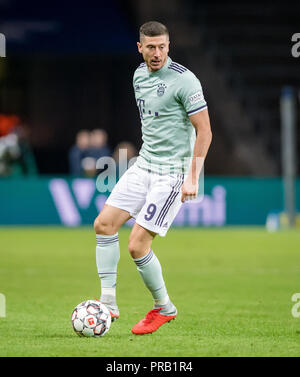 The Ball. 28th Sep, 2018. September 28, 2018: Berlin, Olympic Stadium: Football 1st Bundesliga, 6th matchday: Hertha BSC - FC Bayern Munich: Muenchens Robert Lewandowski on the ball. (NOTE: USE FOR THE BILDFUNK ONLY AFTER REPLY LANGUAGE). Credit: Thomas Eisenhuth | usage worldwide/dpa/Alamy Live News - Stock Photo