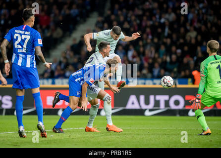 Berlin, Deutschland. 28th Sep, 2018. September 28, 2018: Berlin, Olympic Stadium: Football 1st Bundesliga, 6th matchday: Hertha BSC - FC Bayern Munich: Hertha goalkeeper Thomas Kraft versus Muenchens Robert Lewandowski. (NOTE: USE FOR THE BILDFUNK ONLY AFTER RETURN LANGUAGE). Credit: Thomas Eisenhuth | usage worldwide/dpa/Alamy Live News - Stock Photo