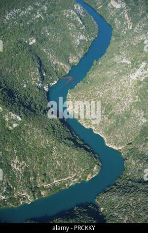 LAKE ESPARRON REACHING THE LOWER VERDON GORGES NEAR THE TOWN OF QUINSON (aerial view). Alpes-de-Haute-Provence, France. - Stock Photo