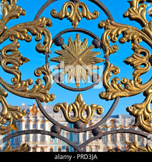 TSARSKOYE SELO, SAINT-PETERSBURG, RUSSIA - OCTOBER 11, 2015: The fragment of the Railing and the Gate of the Catherine Palace. - Stock Photo